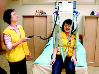【聯 合 報】南港養護中心》搭「吊床」重障者移動方便 代表圖