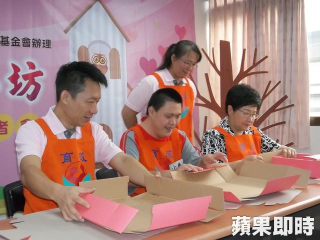【蘋果即時】「心願工坊」開站 身障者摺紙盒秀技能 代表圖