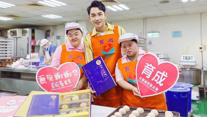 【中時電子報】陳謙文向憨兒學手作月餅 現學現送「兩個女友」! 代表圖