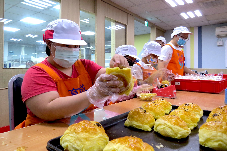 【凱擘新聞】台灣環保協會認購餐盒 支持憨寶貝烘焙技術 代表圖